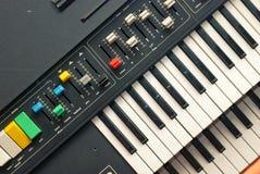 Старый синтезатор стоковые фотографии rf