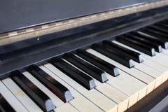 Старый сломанный и поврежденный рояль Стоковое Фото