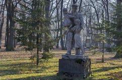 Старый сломанный памятник в лесе, разделять партизана героя отца болгарского с детьми стоковые изображения