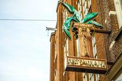Старый смешной знак предосторежения на стене здания Стоковая Фотография