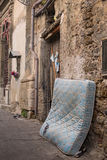 Старый сорванный тюфяк брошенный в улицу Палермо Сицилия Стоковое фото RF