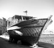 Старый спасенный sunken корабль стоковое фото