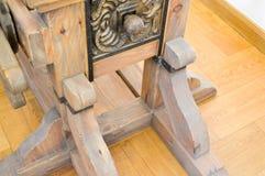 Старый старый средневековый деревянный механизм, машина с шестернями и ручки стоковое изображение rf