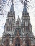 Старый старый средневековый серый страшный страшный католик, правоверная готическая церковь с spiers Европейская архитектура стоковое фото
