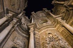 Старый средневековый собор Валенсии, Испания Барочный портал с c стоковые изображения rf