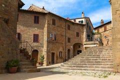 Старый средневековый маленький город Monticchiello в Тоскане, Италии Стоковые Изображения RF