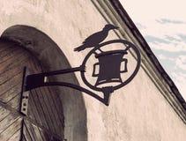 Старый средневековый чугунный знак на двери Стоковое Изображение RF