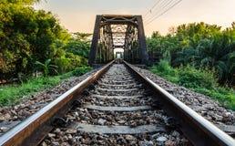 Старый стальной путь рельса моста стоковые фото