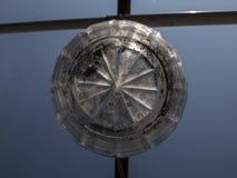 Старый стеклянный уличный фонарь против неба стоковое изображение rf