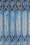 Старый стиль закрытой голубой стальной двери Стоковая Фотография RF