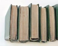 Старый стог зеленых книг на полке - взгляд сверху Стоковые Изображения RF