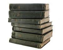 Старый стог зеленых книг на полке Стоковое Фото