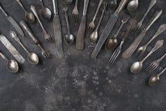 Старый столовый прибор на темной предпосылке стоковые фотографии rf