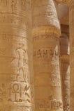 Старый столбец виска Karnak иероглифов стоковое фото