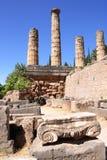Старый столбец и руины виска Аполлона в Дэлфи, Греции Стоковое Фото