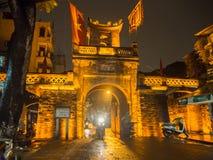 Старый строб города на ноче, старом квартале в Ханое, Вьетнаме Стоковые Фотографии RF
