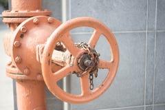 Старый строб металла, покрашенный с краской персика в городе стоковое изображение rf