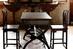 Старый стул китайского стиля деревянный в комнате стоковые фотографии rf