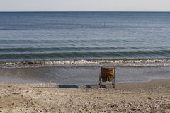 Старый стул на взморье Стоковые Изображения RF
