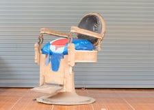 Старый стул парикмахера стоковое изображение