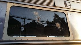 Старый сломал окно автомобиля обедающего Стоковое Фото