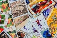 Старый случайный используемый напечатанный почтовый сбор штемпелюет от различных стран и различного времени Для картины, обои, ди Стоковые Изображения RF