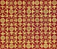 Старый тайский дизайн на потолке дворца с картинами золотых листьев и цветков на красной предпосылке Стоковые Фотографии RF