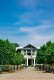 Старый тайский дом среди зеленого дерева с голубым небом Стоковое фото RF