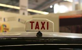 старый таксомотор знака Стоковые Фотографии RF