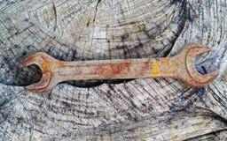 Старый твердый гаечный ключ на деревянной предпосылке Стоковое Изображение