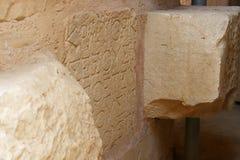 Старый текст написанный на каменной стене стоковая фотография rf