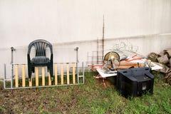 Старый телевизор и остальнои громоздкой погани Старое ТВ брошенное прочь рядом с стеной с кучей смешанного отброса Стоковое Изображение RF