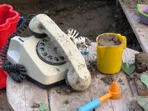 Старый телефон в песке стоковое изображение rf