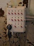 Старый телефон в темной комнате стоковые фотографии rf
