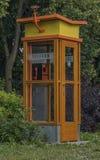 Старый телефон на улице в городке Trest стоковые фото