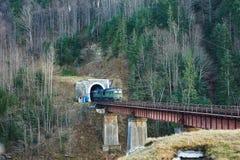 Старый тепловозный пассажирский поезд в тоннеле Стоковая Фотография