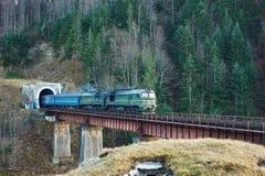 Старый тепловозный пассажирский поезд в тоннеле Стоковое Изображение