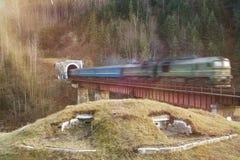 Старый тепловозный пассажирский поезд в тоннеле Стоковое фото RF