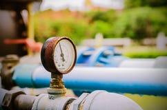 Старый термометр воды с трубами клапана и металла Стоковая Фотография