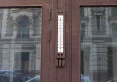 Старый термометр улицы на стене гранита на окне старого дома в центре города Стоковое фото RF