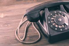 Старый телефон на крупном плане деревянного стола стоковые фото