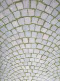 Старый тип дороги вымощая, сделанный квадратов лавы каменных, с гармонично полукруглой структурой стоковые фото