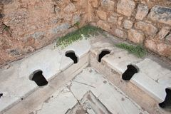 Старый тип туалеты в древнем городе Ephesus, Aydin, Турции стоковое фото