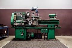 Старый токарный станок в мастерской стоковые изображения
