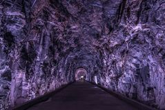 Старый тоннель Rarilway освещенный в пурпуре, Brockville, Онтарио, стоковые изображения rf