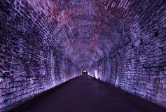 Старый тоннель Rarilway освещенный в пурпуре, Brockville, Онтарио, стоковое фото
