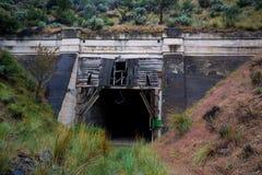 Старый тоннель поезда в горных склонах Стоковые Изображения RF