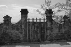 Старый тосканский строб сада Стоковые Изображения