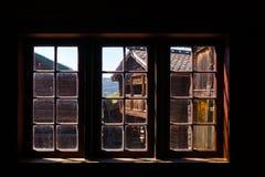 Старый традиционный норвежский деревянный музей Лиллехаммер Oppland Норвегия Скандинавия людей Maihaugen окна дома стоковая фотография rf