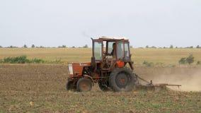 Старый трактор вспахивая поле акции видеоматериалы